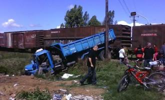 Caminhão e trem colidem na Avenida Eliseu Maciel