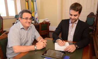 Prefeito assina contrato para construção de 200 novas moradias em Pelotas