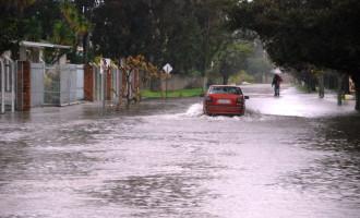 Canal transborda na Z/3 e famílias deixam suas casas