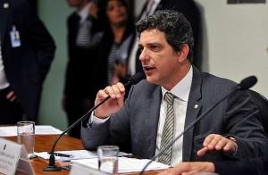 Carvalho manteve artigos que estabelecem a bolsa de R$ 10 mil sem direitos trabalhistas