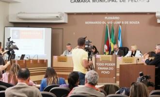 Arita apresenta relatório aos vereadores