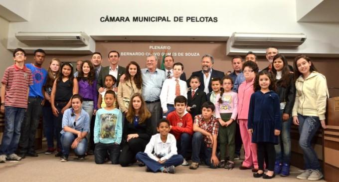 Vereadores mirins realizam sessão e levam propostas ao prefeito