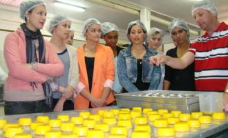 Candidatas à Corte visitam fábrica de doce