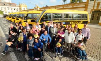 EDUCAÇÃO ESPECIAL: Eduardo entrega seis ônibus com acessibilidade