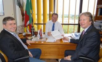 Reitor da UFPEL apresenta projeto ao deputado Afonso Hamm
