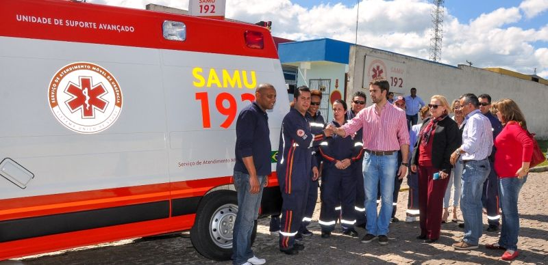 O prefeito fazendo a entrega oficial da nova viatura da SAMU