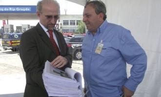 Vereador Marcus Cunha entrega abaixo assinado pedindo fim dos pedágios na região
