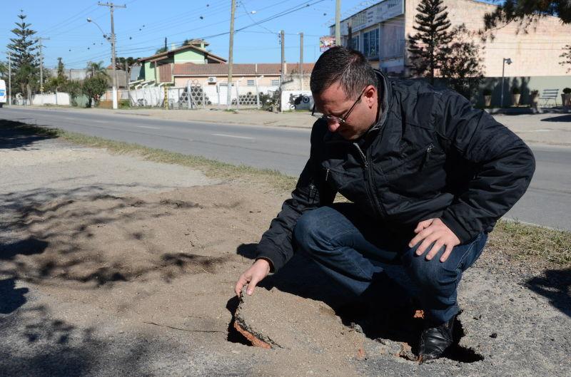 Vereador Marcola critica a qualidade do asfalto