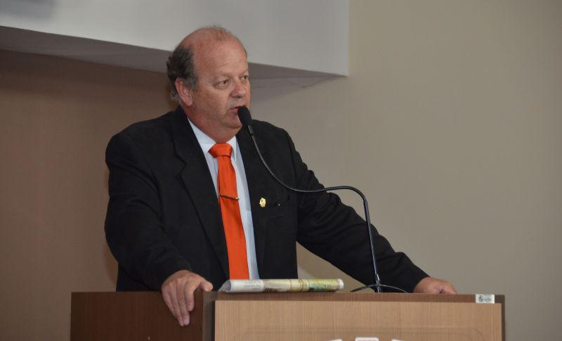 Vereador Adinho orienta beneficiário a ter documento urbano e rural