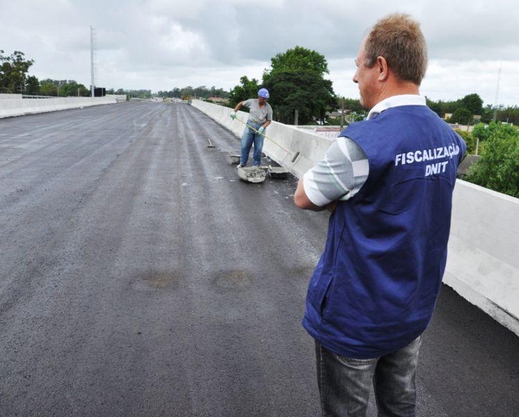 Engenheiro Vladimir Casa acompanhou o andamento das obras no viaduto, na manhã desta terça-feira