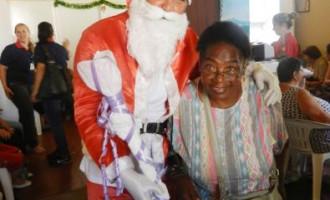 Solidariedade: Idosos recebem presentes natalinos