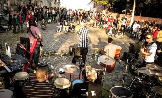 "Casa Fora do Eixo promove ""Sofá na Rua"""