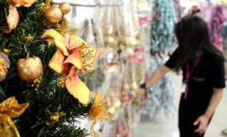 Consumidor cauteloso com compras para o Natal