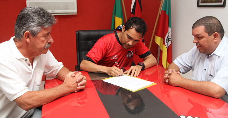 Cláudio Montanelli e Ricardo Fonseca apresentam Túlio Souza, que assina contrato para o Gauchão Foto: Carlos Insaurriaga/Assessoria GEB