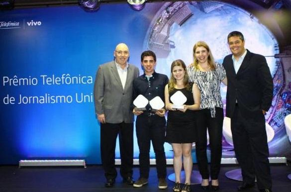 Mateus Marques (o segundo da esquerda para a direita) recebeu o prêmio Telefônica Vivo de Jornalismo Universitário com reportagem da TV UCPel.