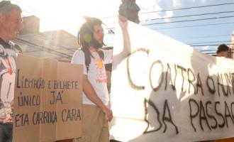 PASSAGEM URBANA : Manifestantes na rua contra reajuste