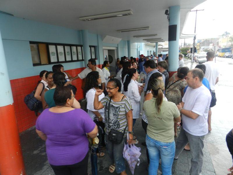 Reunidos em frente ao PSP ontem, trabalhadores aceitam nova oferta dos gestores e afastam possibilidade de paralisação FOTO:  Augusto Santos/DM