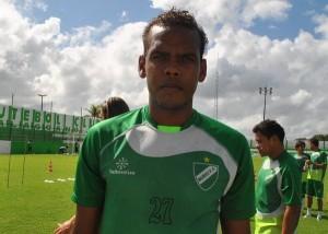 Evaldo chega para disputar espaço na defesa do Brasil