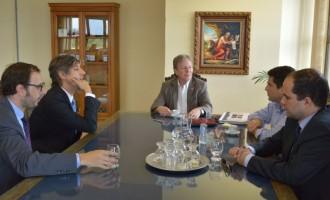 Diplomatas e professor argentinos visitam reitor