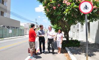 Prefeito, Reitor e vice-reitora da UFPel visitam ciclofaixa da Gomes Carneiro