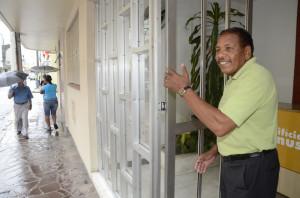 SEU JOÃO escapou de ser atropelado por veículo arremessado para a porta do edifício
