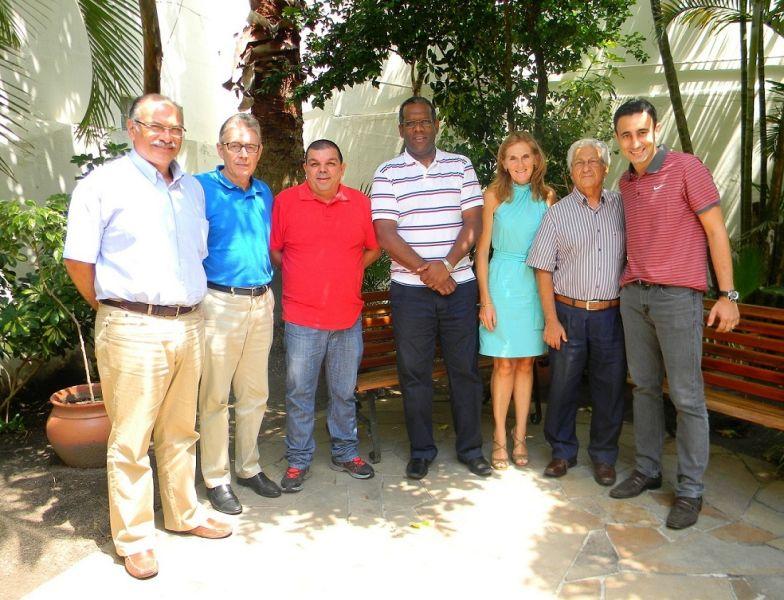 Dirigentes da Unimed Pelotas e representantes do G. E. Brasil celebram a parceria