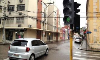 """Cruzamento das ruas Voluntários da Pátria e Félix da Cunha, no centro de Pelotas, é palco de """"inexplicáveis"""" acidentes quase que diariamente, a qualquer hora."""