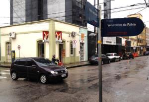 Mesmo com sinaleiras, cruzamento das ruas Voluntários  da Pátria e Félix da Cunha é um dos que mais registra colisões no ano