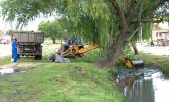 Prefeitura inicia limpeza do canal da Mario Maneghetti