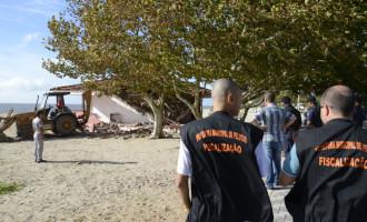 Prefeitura prossegue retirada de quiosques fixos no Laranjal