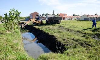 Sanep limpa canal do Loteamento Eldorado