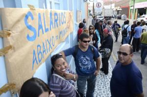 FUNCIONÁRIOS do Sanep em paralisação ocorrida ontem. Foto: Alisson Assumpção/DM.
