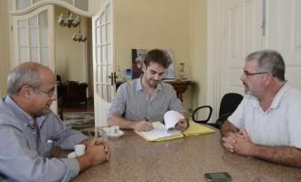 Pavimentação: prefeito assina contratos para força-tarefa