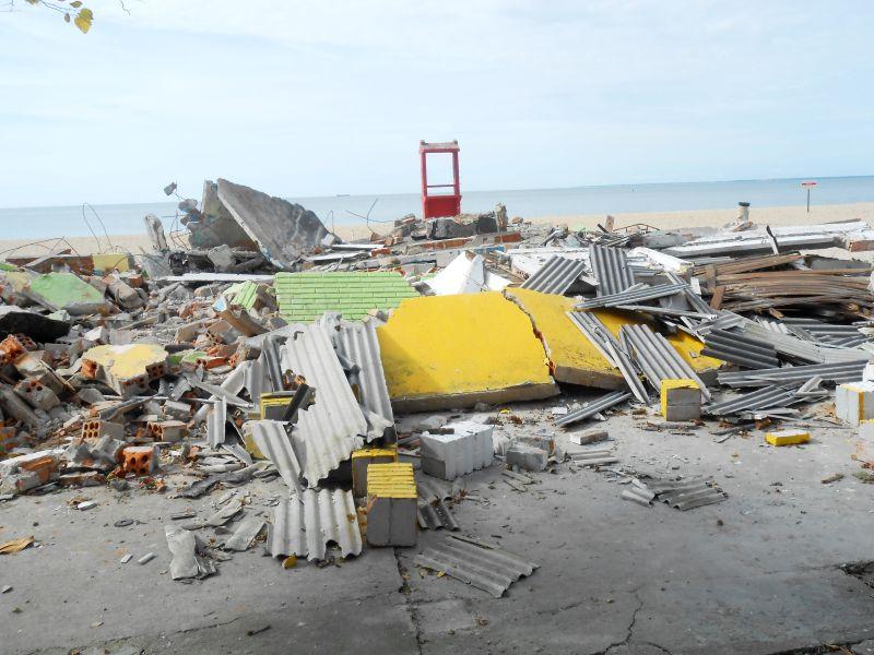 Entulhos das demolições das casas de lanches localizadas na orla da lagoa estariam sendo usados para tapar buracos