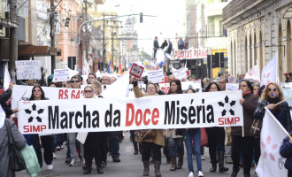 """Municipários protestam com a """"Marcha da Doce Miséria"""""""