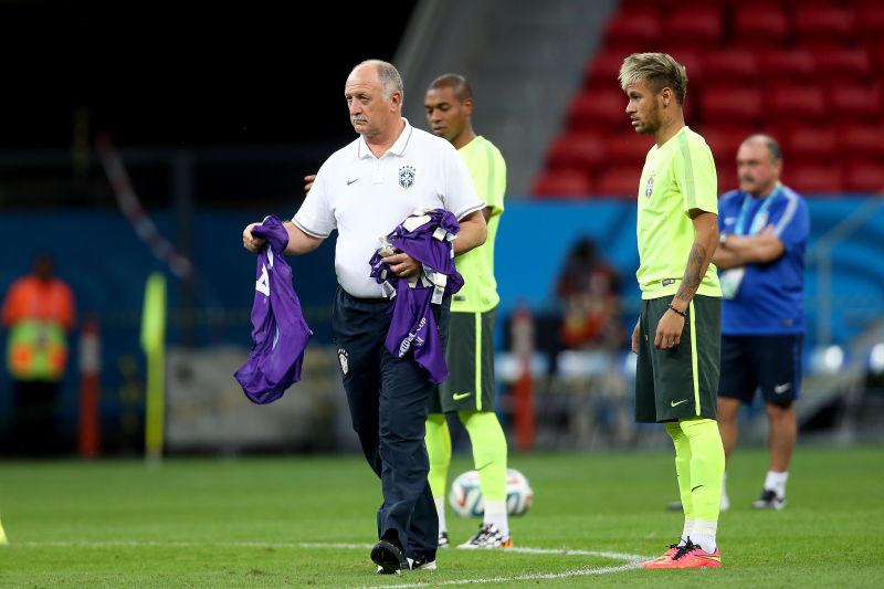 Luiz Felipe distribui coletes nos treinos, sendo observado por Neymar, na véspera de jogo que vale classificação Foto: Jefferson Bernardes/Vipcomm