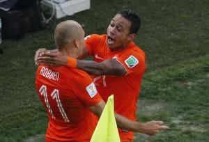 Depay agradece Robben pela assistência perfeita no segundo gol da Holanda