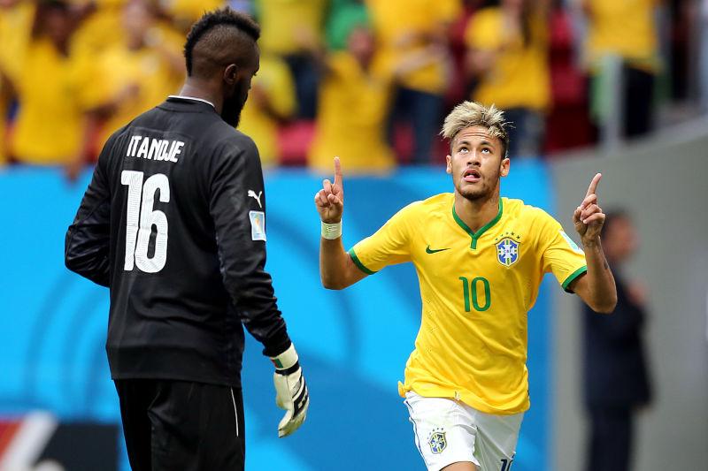 Neymar faz os dois primeiros gols do Brasil e brilha com jogadas de efeito diante de Camarões Foto: Jefferson Bernardes/Vipcomm