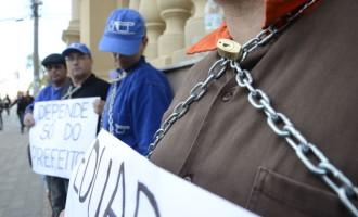 Funcionários do Sanep protestam acorrentados