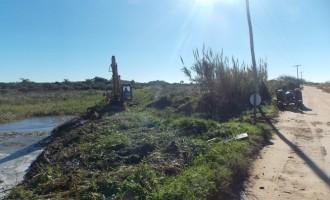 Prefeitura faz limpeza de canal na Colônia Z3