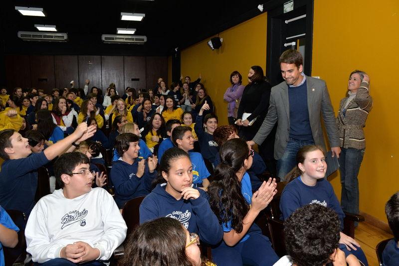 Os cerca de 100 alunos aguardavam ansiosamente pelo prefeito, que fez uma explanação contando de seu interesse desde muito jovem pela política