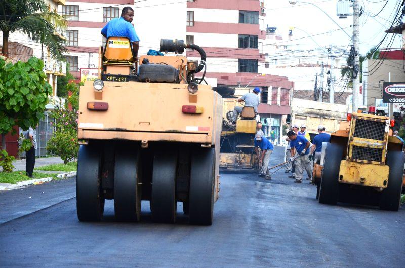 Além da pavimentação estão incluídas outras intervenções como: redes de esgoto, drenagem, abrigos para o transporte coletivo, calçadas, canteiros com arborização, acessibilidade e sinalização viária.