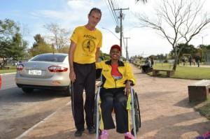 Marli está limitada a cadeira de rodas, mas com apoio de amigos
