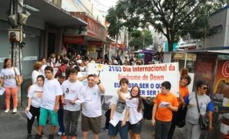 Caminhada abre 4ª Semana sobre Síndrome de Down. Atividade reuniu mais de 70 pessoas no Centro de Pelotas