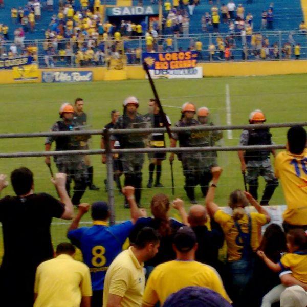 Tiago Staduto deixa o campo sob protesto da torcida do Pelotas: ele marcou dois pênaltis e expulsou três áureo-cerúleos