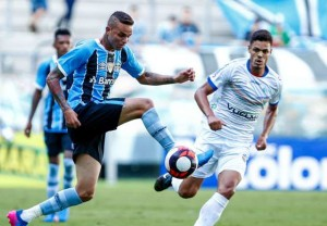Luan domina na frente do defensor do VEC: atacante fez gol do terceiro empate seguido do Grêmio no Gauchão