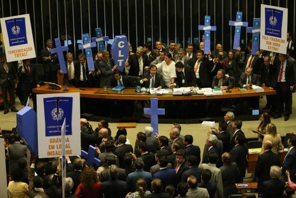 Após a conclusão da leitura do parecer do relator do projeto da reforma trabalhista, deputados de partidos de oposição ao governo retomaram a obstrução aos trabalhos no plenário. Foto: Antonio Cruz/Agência Brasil