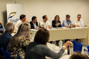"""A pauta foi tema de mais um encontro do movimento \""""Juntos pela BR-116\"""", que reuniu prefeitos, vereadores, representantes de entidades civis e empresários na noite desta quarta (19), na sede do Sindilojas, na cidade de Camaquã."""