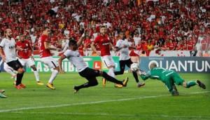 Lincom divide com Danilo Fernandes: lance raro em que o goleiro do Inter foi exigido na segunda-feira Foto: Jonathan Silva/Assessoria GEB