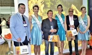 AUTORIDADES e organizadores do evento receberam doces de Pelotas